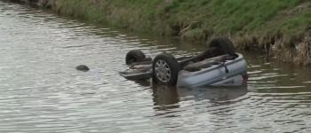 Auto op de kop in de sloot in Noordbroek