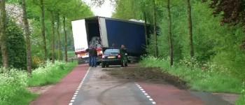 Vrachtwagen tegen boom na uitwijkmanoeuvre Gendringseweg Aalten