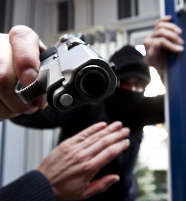 Gezocht – Stelen bankpas bij en geld opnemen na gewapende overval op woning