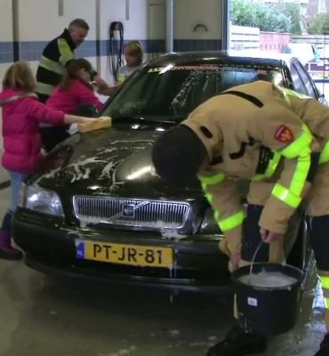 Brandweer Aalten wast auto's voor Serious Request 2014