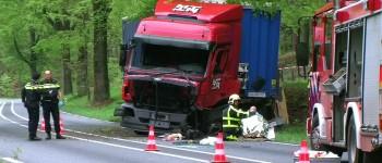 Vrachtwagen raakt van de weg en botst tegen boom in Zeddam