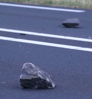 Schijndel – Gezocht – Ernstig ongeval door keien op de weg