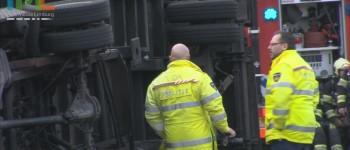 Vrachtwagen met gevaarlijke stoffen op zijn kant op A2 Maastricht