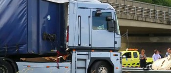 Vrachtauto ramt viaduct A50 bij Schaijk