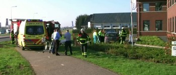 Brandweer verwijdert dak van auto na ongeval twee gewonden Hengelo (Gld)