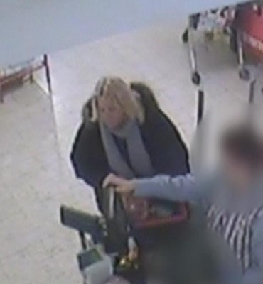 Gezocht – Wie herkent de vrouw die een portemonnee steelt uit een vergeten tas
