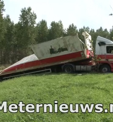 Vrachtwagen geladen met brood en kratten kantelt in Groningen