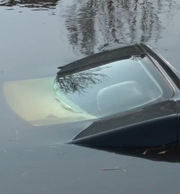 Auto te water na ongeluk op de Poststraat