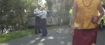 Auto botst tegen boom na botsing met tractor
