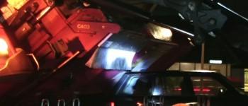 Glasbakwagen kantelt op auto in Hengelo