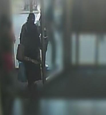 Amsterdam – Gezocht – Sieraden en geld gestolen met babbeltruc
