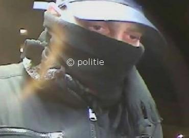 Nieuwegein en Utrecht – Gezocht – Diefstal uit auto en pinnen met gestolen pasje