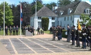Warnsveld – Korpschef eert collega's in Tuin van Bezinning