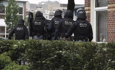 Spaarndam – Twee leden arrestatieteam gewond geraakt bij explosie