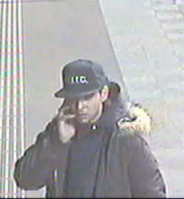 Amsterdam – Gezocht – Vrouw lastiggevallen op metrostation