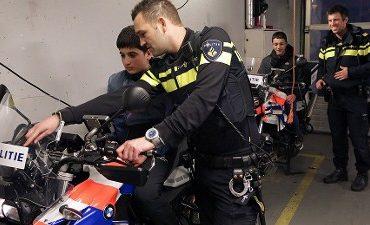 Den Haag – Molenwijkse jongeren en agenten zoeken het goede gesprek