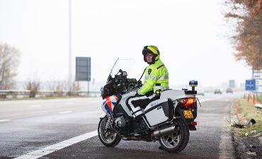 Terneuzen – Automobilist rijdt in op motoragent
