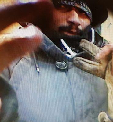 Kamperland – Gezocht – Wie is de man die pint met een gestolen pas?
