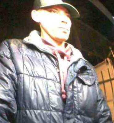 Amsterdam – Gezocht – Opvallende dader pleegt brutale inbraak