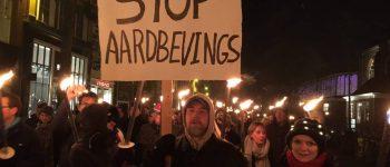GRONINGEN – Duizenden bezorgde Groningers liepen vrijdagavond met brandende fakkels een protestronde door de binnenstad van Groningen.