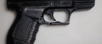 Den Haag – Politie houdt verdachten met nepwapen aan