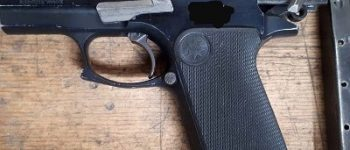 Roosendaal – Vuurwapen, sabel en amfetamine in auto