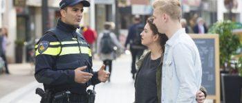 Den Haag – Politie voetbalt tegen jongeren Beresteinlaan