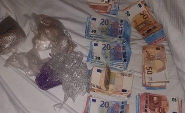 Rotterdam – Politie vindt stapels bankbiljetten en heroïne
