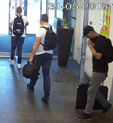 Arnhem – Gezocht – Mannen lopen met gestolen computers deur uit