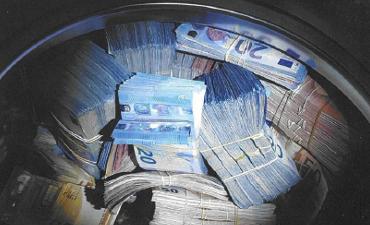 Amsterdam – 350.000 euro aangetroffen in wasmachine