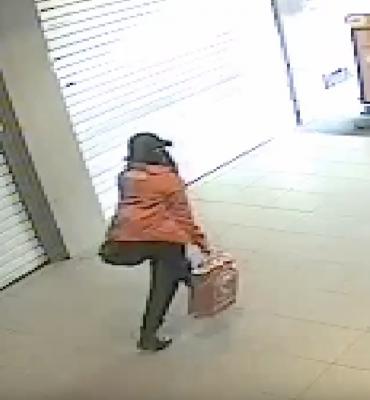 Rotterdam – Gezocht – Vrouwelijke verdachte pleegt overval op drogisterij