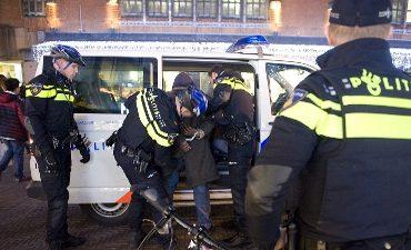 Rotterdam – Controle jongens op scooter leidt tot aanhouding voor openstaande straf en bezit vuurwapen