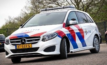 Amsterdam – Passagier zwaar gewond na wegrijden bij politie